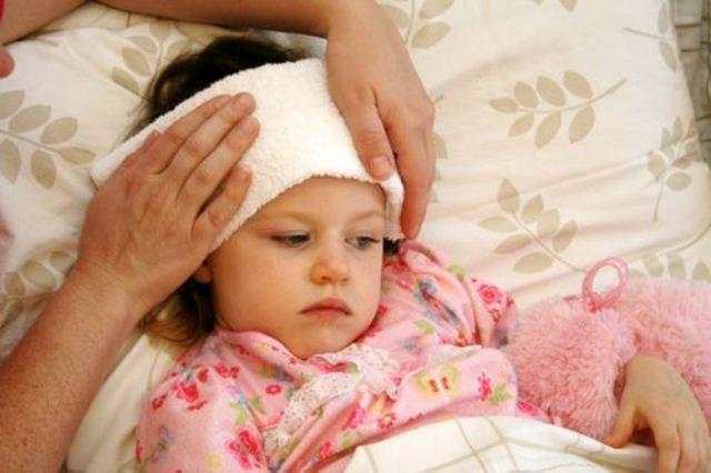Sai lầm chườm lạnh cho trẻ khi sốt cao khiến con bệnh nặng thêm - Ảnh 1.