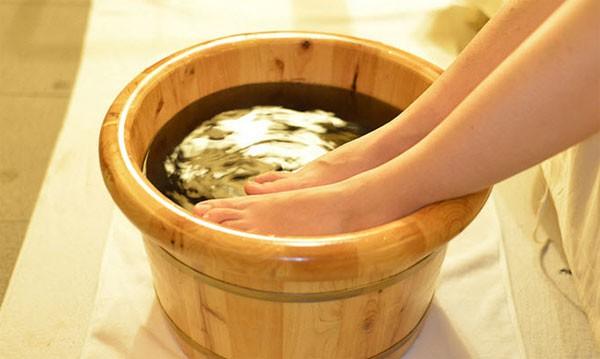 Người phụ nữ đột tử sau 5 phút ngâm chân với nước nóng, thói quen vào mùa đông này phải điều chỉnh sao cho đúng? - Ảnh 2.