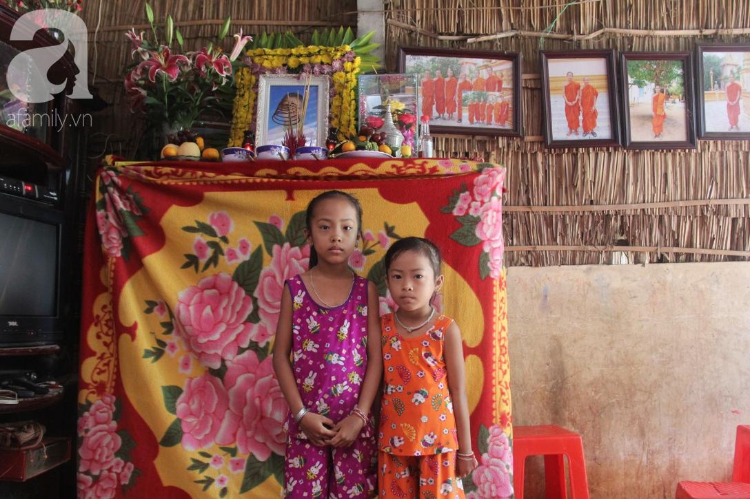 Mẹ câm điếc rồi mất, hai bé gái 6 và 9 tuổi đã được mọi người giúp đỡ cho đi học tiếp - Ảnh 1.