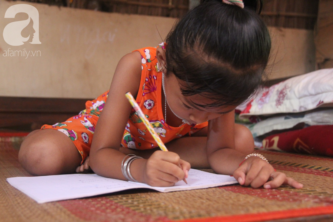 Mẹ câm điếc rồi mất, hai bé gái 6 và 9 tuổi đã được mọi người giúp đỡ cho đi học tiếp - Ảnh 6.