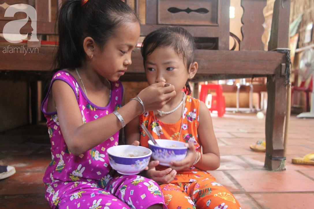 Mẹ câm điếc rồi mất, hai bé gái 6 và 9 tuổi đã được mọi người giúp đỡ cho đi học tiếp - Ảnh 2.