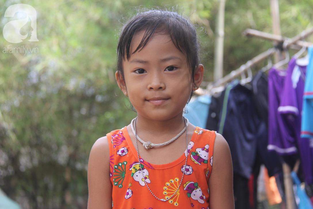 Mẹ câm điếc rồi mất, hai bé gái 6 và 9 tuổi đã được mọi người giúp đỡ cho đi học tiếp - Ảnh 3.