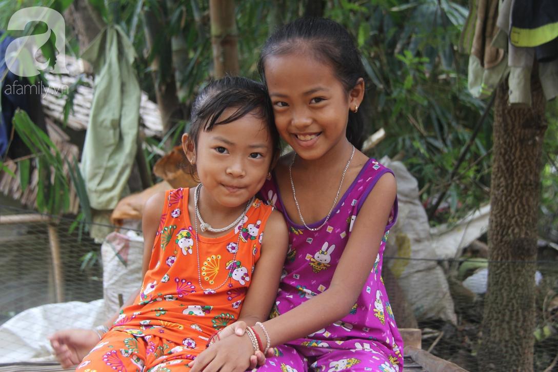 Mẹ câm điếc rồi mất, hai bé gái 6 và 9 tuổi đã được mọi người giúp đỡ cho đi học tiếp - Ảnh 12.