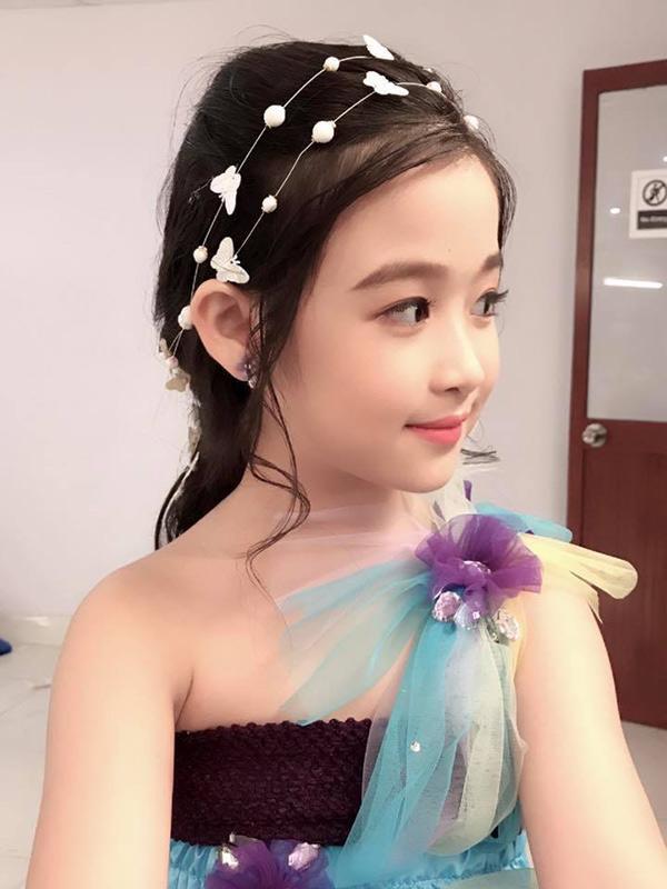 Nhan sắc lịm tim của bé gái ngồi cạnh Hoa hậu Đỗ Mỹ Linh, danh tính cô bé mới khiến dân mạng bất ngờ - Ảnh 6.