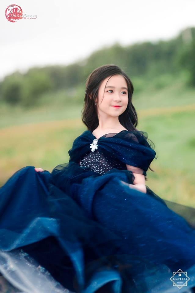Nhan sắc lịm tim của bé gái ngồi cạnh Hoa hậu Đỗ Mỹ Linh, danh tính cô bé mới khiến dân mạng bất ngờ - Ảnh 21.