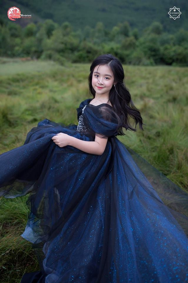 Nhan sắc lịm tim của bé gái ngồi cạnh Hoa hậu Đỗ Mỹ Linh, danh tính cô bé mới khiến dân mạng bất ngờ - Ảnh 23.