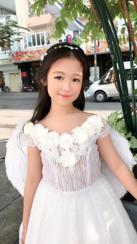 Nhan sắc lịm tim của bé gái ngồi cạnh Hoa hậu Đỗ Mỹ Linh, danh tính cô bé mới khiến dân mạng bất ngờ - Ảnh 14.