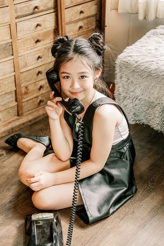 Nhan sắc lịm tim của bé gái ngồi cạnh Hoa hậu Đỗ Mỹ Linh, danh tính cô bé mới khiến dân mạng bất ngờ - Ảnh 17.