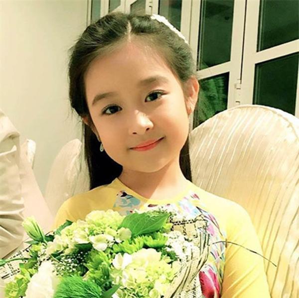 Nhan sắc lịm tim của bé gái ngồi cạnh Hoa hậu Đỗ Mỹ Linh, danh tính cô bé mới khiến dân mạng bất ngờ - Ảnh 20.