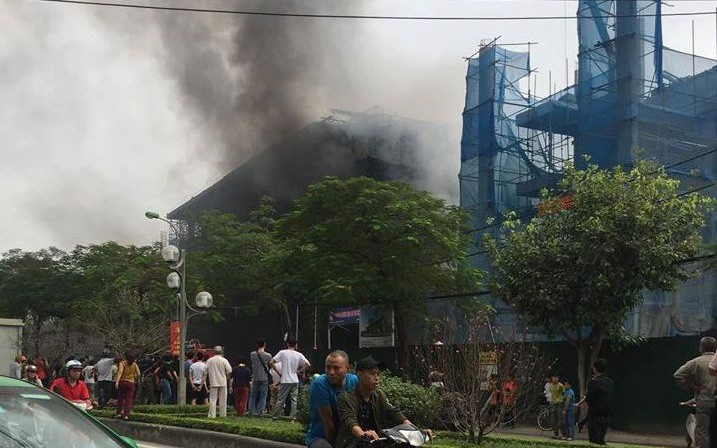 Hà Nội: Hỏa hoạn bất ngờ xảy ra tại công trình đang xây dựng, cạnh trường THCS Nhật Tân