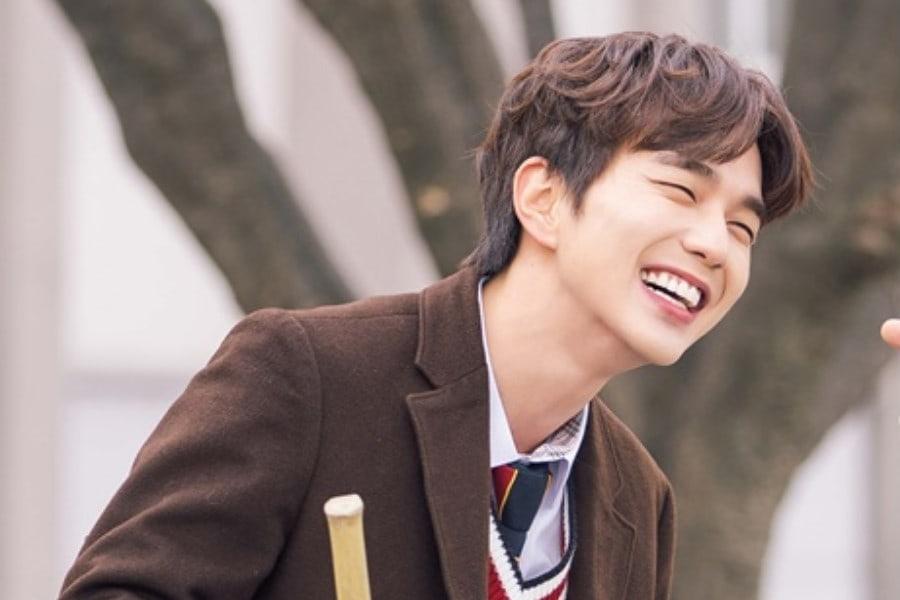 """Yoo Seung Ho đã dùng """"tuyệt chiêu"""" này để khiến bản thân trở thành """"bảo  bối"""" của cả đoàn phim"""