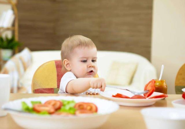 Trẻ chưa đến độ tuổi này mà đã ăn như người lớn thì chẳng có ích lợi gì mà còn hại thêm nhiều - Ảnh 1.