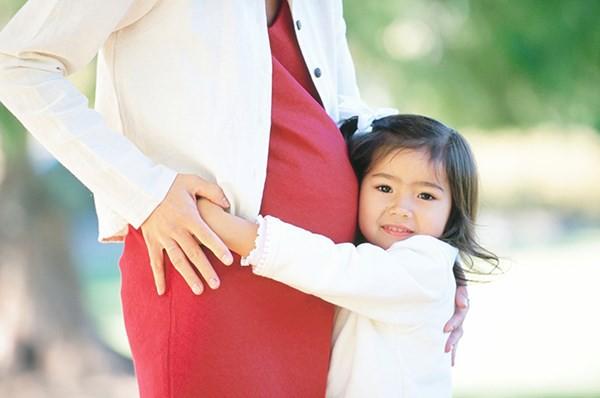 Trước khi quyết định sinh con thứ, các mẹ phải cân nhắc đến ảnh hưởng tiêu cực này - Ảnh 3.