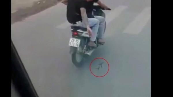Hà Nội: Cảnh sát tìm ra hai thanh niên rải đinh cực nguy hiểm ngay trước đầu xe - Ảnh 2.