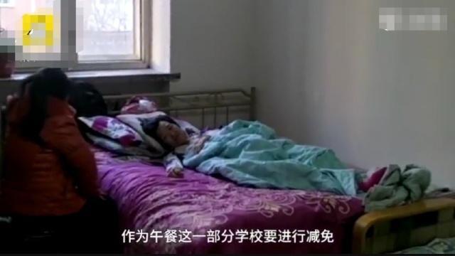 Bố tự sát, cậu bé 12 tuổi một mình chăm sóc mẹ bị ung thư xương khiến nhiều người không khỏi xót xa - Ảnh 2.