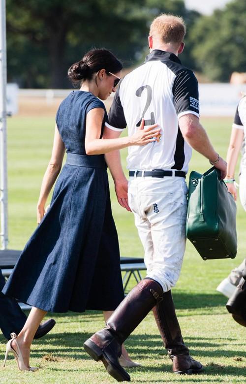 Khoảnh khắc hiếm hoi Công nương Kate nhìn chồng đắm đuối, sao chép hành động tình tứ này từ em dâu Meghan - Ảnh 2.