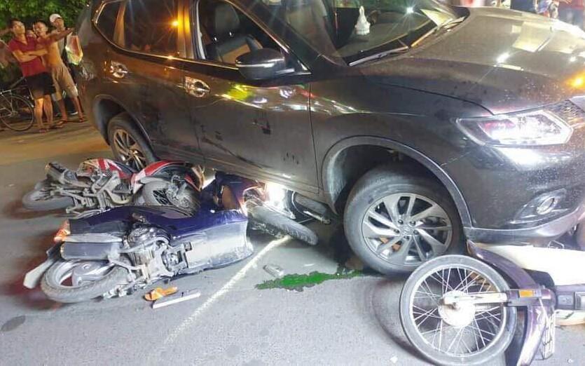 """TP.HCM: Ô tô """"điên"""" tông hàng loạt xe máy, cuốn 1 trẻ em và 3 người lớn vào gầm"""