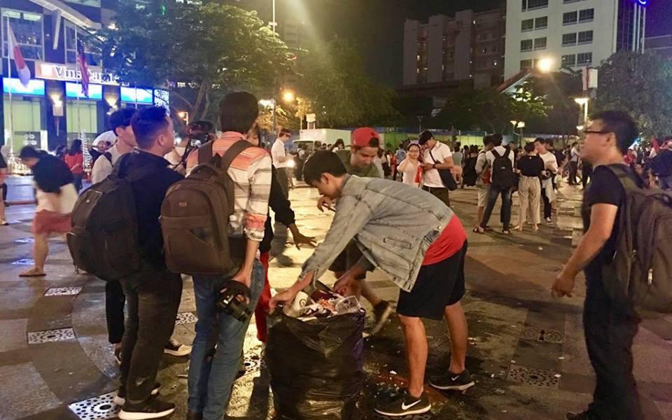 Hình ảnh đẹp: Nhiều bạn trẻ ở Sài Gòn không ngại bẩn, dọn sạch rác trên phố đi bộ sau chiến thắng của Việt Nam