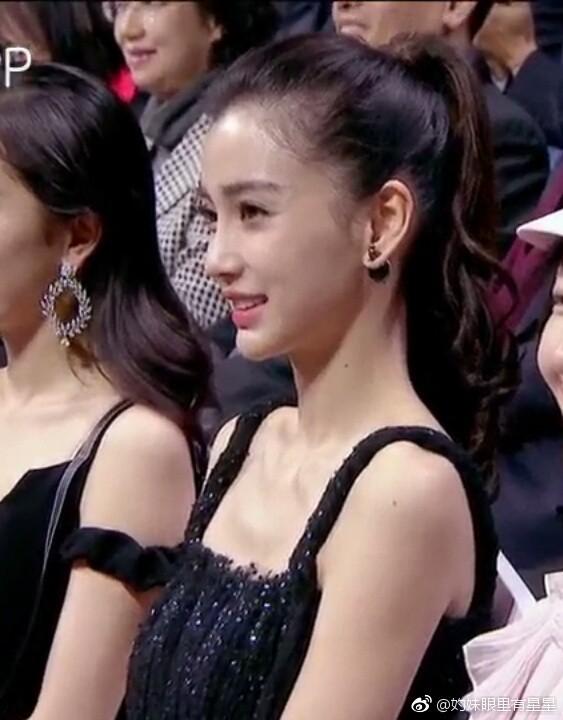 Không đi thảm đỏ cùng Huỳnh Hiểu Minh giữa tin đồn ly hôn, Angela Baby xuất hiện lặng lẽ và ngồi cạnh Dương Mịch - Ảnh 7.