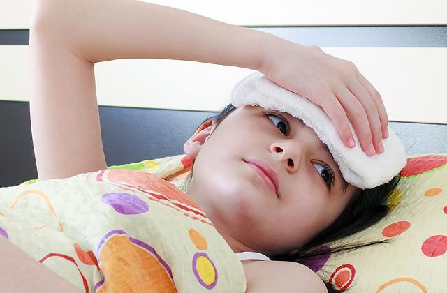 Thêm 5 mẹo nhỏ giúp bé hạ sốt ngay tại nhà mà không cần dùng thuốc - Ảnh 1.