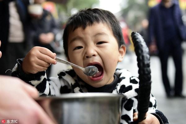 Không để trẻ sút cân hoặc béo phì sau Tết, mẹ cần cho bé tránh xa những loại đồ ăn này - Ảnh 1.