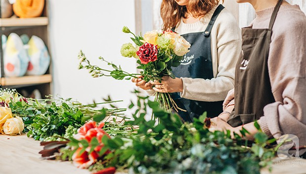 2 cách cắm hoa Tết đẹp lung linh dành cho gia đình trẻ với chi phí chỉ khoảng 1 triệu đồng - Ảnh 4.