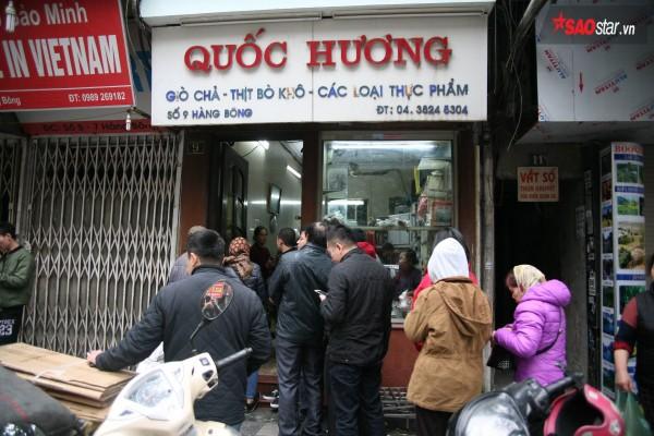 28 Tết, người Hà Nội vẫn xếp hàng dài để mua bánh chưng, giò chả tại cửa hàng này! - Ảnh 1.