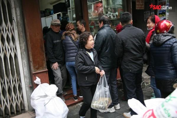28 Tết, người Hà Nội vẫn xếp hàng dài để mua bánh chưng, giò chả tại cửa hàng này! - Ảnh 4.