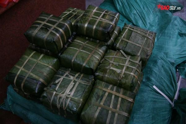 28 Tết, người Hà Nội vẫn xếp hàng dài để mua bánh chưng, giò chả tại cửa hàng này! - Ảnh 5.