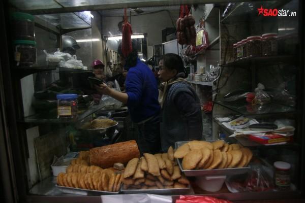 28 Tết, người Hà Nội vẫn xếp hàng dài để mua bánh chưng, giò chả tại cửa hàng này! - Ảnh 6.
