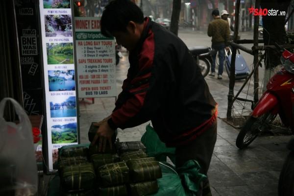 28 Tết, người Hà Nội vẫn xếp hàng dài để mua bánh chưng, giò chả tại cửa hàng này! - Ảnh 7.