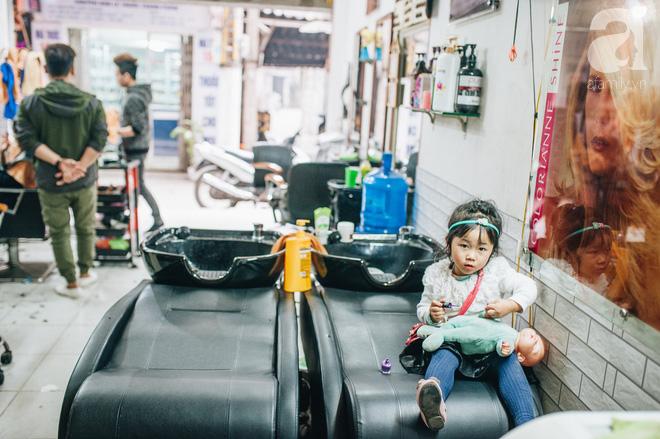 Ngày 30 tháng Chạp bận tối mắt ở một tiệm tóc Hà Nội, nghe bà chủ trải lòng về nghề sang chảnh trên đầu thiên hạ - Ảnh 12.