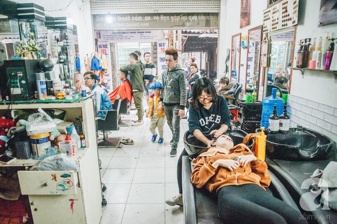 Ngày 30 tháng Chạp bận tối mắt ở một tiệm tóc Hà Nội, nghe bà chủ trải lòng về nghề sang chảnh trên đầu thiên hạ - Ảnh 1.
