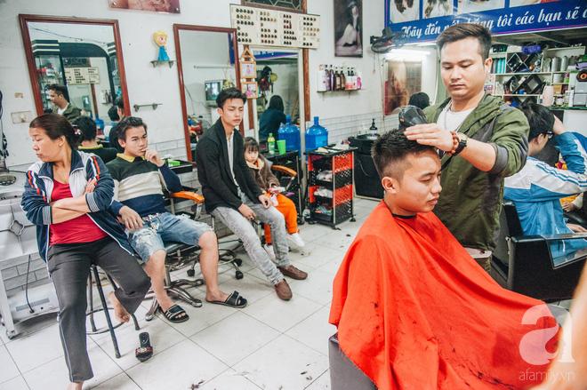 Ngày 30 tháng Chạp bận tối mắt ở một tiệm tóc Hà Nội, nghe bà chủ trải lòng về nghề sang chảnh trên đầu thiên hạ - Ảnh 2.