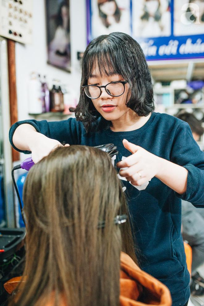 Ngày 30 tháng Chạp bận tối mắt ở một tiệm tóc Hà Nội, nghe bà chủ trải lòng về nghề sang chảnh trên đầu thiên hạ - Ảnh 7.