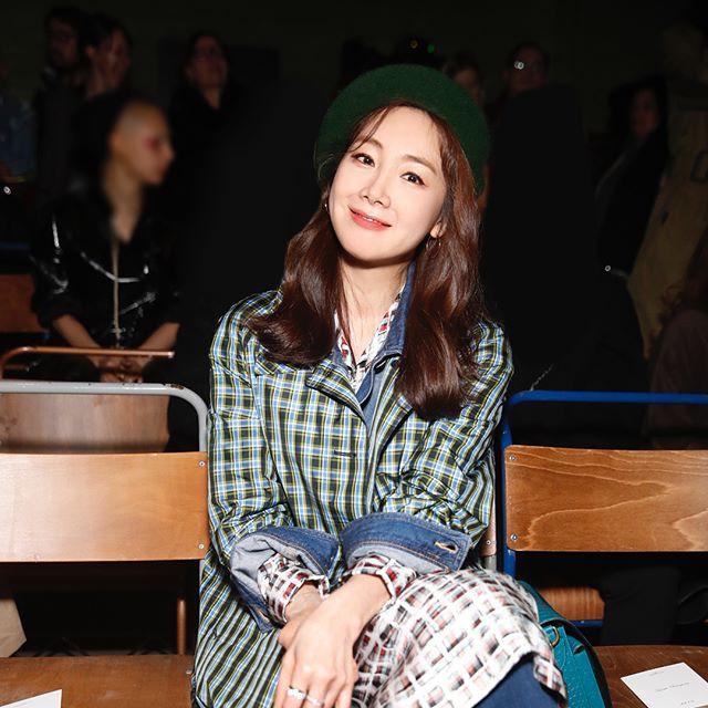 Mỹ nhân 42 tuổi Choi Ji Woo diện đồ tầng tầng lớp lớp chất lừ tại Tuần lễ Thời trang London - Ảnh 2.
