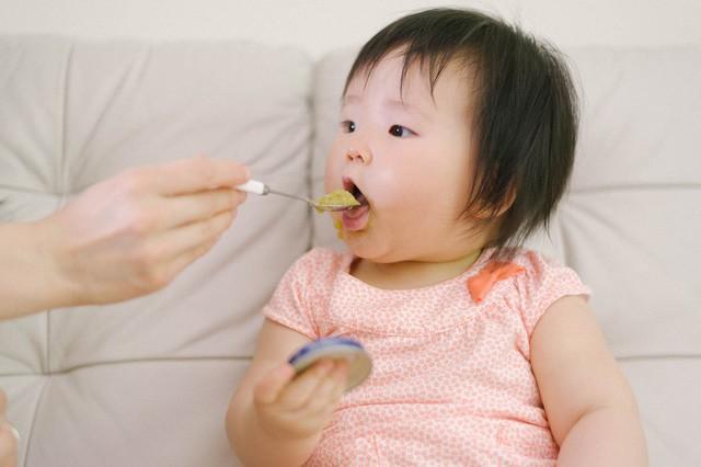 Những thực phẩm tuyệt đối không cho trẻ dưới 3 tuổi ăn - Ảnh 1.