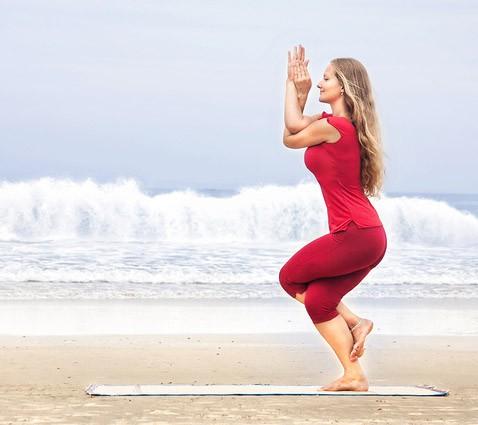 3 tư thế yoga tối ưu chị em có thể tập luyện trong những ngày có đèn đỏ - Ảnh 5.