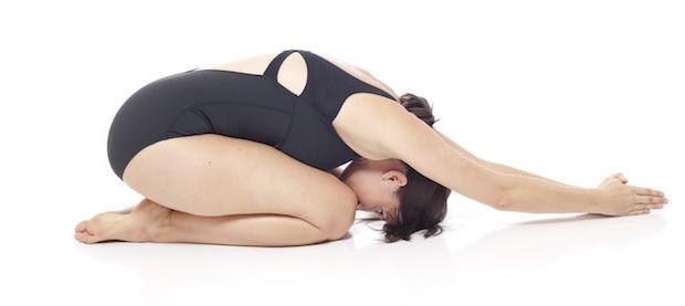 3 tư thế yoga tối ưu chị em có thể tập luyện trong những ngày có đèn đỏ - Ảnh 6.