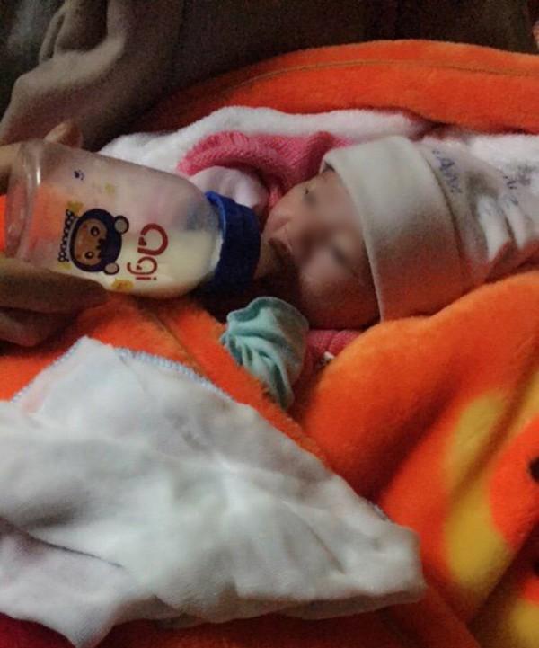 Ninh Bình: Bé gái sơ sinh 2kg để lại nhà chùa cùng mẩu giấy ghi lời nhắn của mẹ - Ảnh 1.