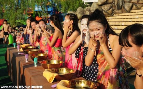 Lễ hội hẹn hò quái dị ở Trung Quốc: Đàn ông đo vòng ngực của con gái để tìm người yêu - Ảnh 1.