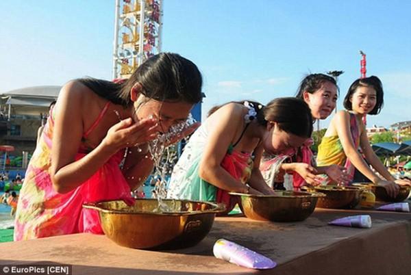 Lễ hội hẹn hò quái dị ở Trung Quốc: Đàn ông đo vòng ngực của con gái để tìm người yêu - Ảnh 2.