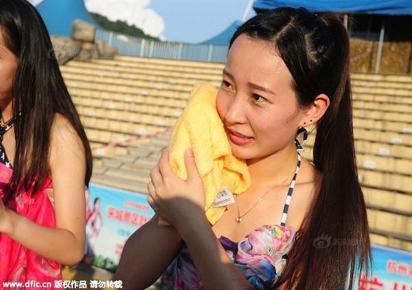 Lễ hội hẹn hò quái dị ở Trung Quốc: Đàn ông đo vòng ngực của con gái để tìm người yêu - Ảnh 3.