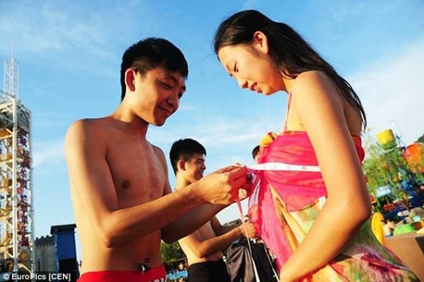 Lễ hội hẹn hò quái dị ở Trung Quốc: Đàn ông đo vòng ngực của con gái để tìm người yêu - Ảnh 4.