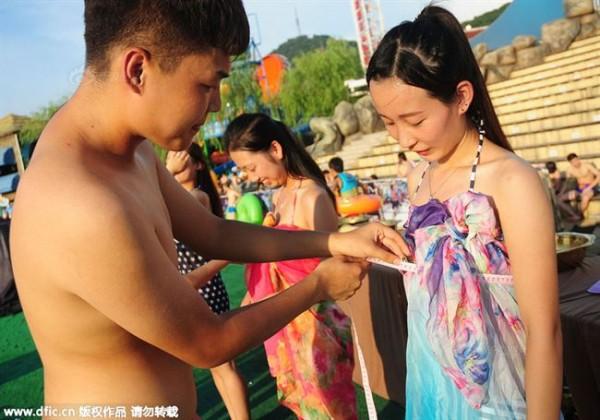 Lễ hội hẹn hò quái dị ở Trung Quốc: Đàn ông đo vòng ngực của con gái để tìm người yêu - Ảnh 6.