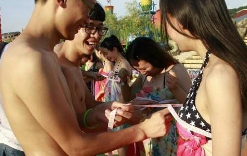 Lễ hội hẹn hò quái dị ở Trung Quốc: Đàn ông đo vòng ngực của con gái để tìm người yêu - Ảnh 7.
