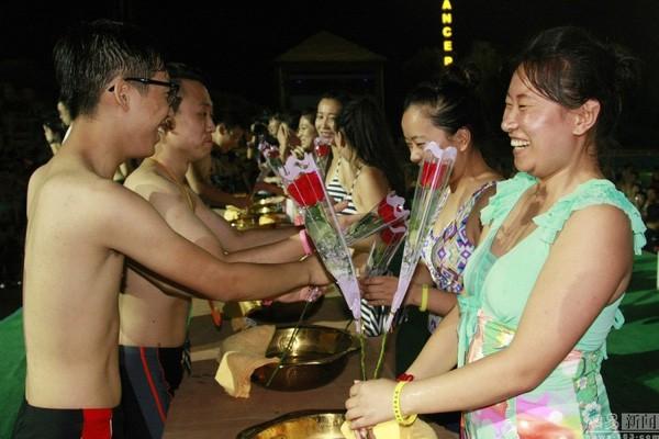 Lễ hội hẹn hò quái dị ở Trung Quốc: Đàn ông đo vòng ngực của con gái để tìm người yêu - Ảnh 10.