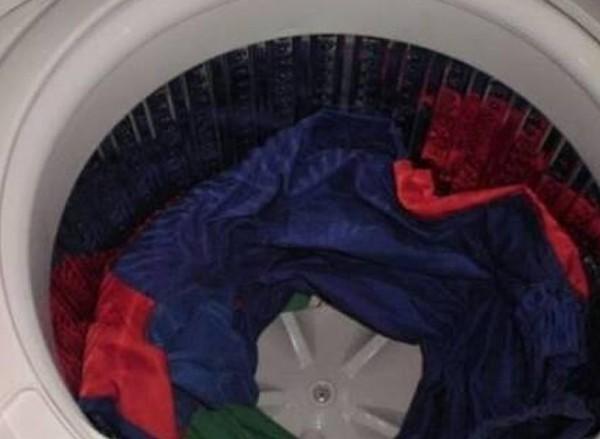 Cho 2 chai nước khoáng vào trong máy giặt để giặt quần áo, điều kỳ diệu sẽ xảy ra  - Ảnh 3.