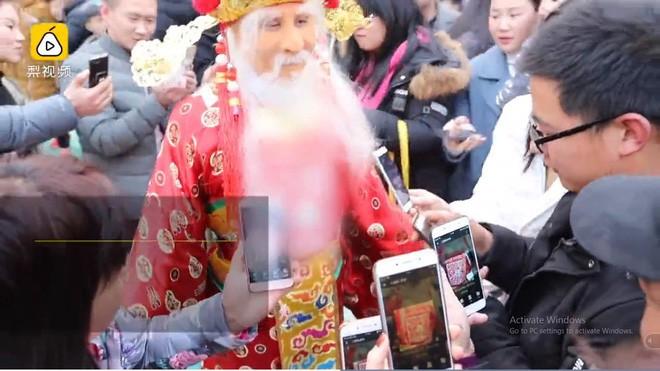 Ngày Thần Tài Trung Quốc: Thần Tài nghiêng ngả, mất râu, mất mũ khi người dân giành giật, tranh nhau xin vía vái cho cả năm - Ảnh 2.