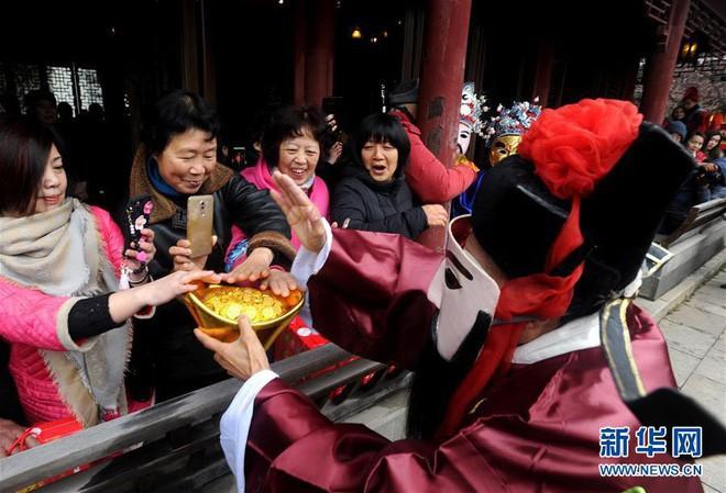 Ngày Thần Tài Trung Quốc: Thần Tài nghiêng ngả, mất râu, mất mũ khi người dân giành giật, tranh nhau xin vía vái cho cả năm - Ảnh 3.